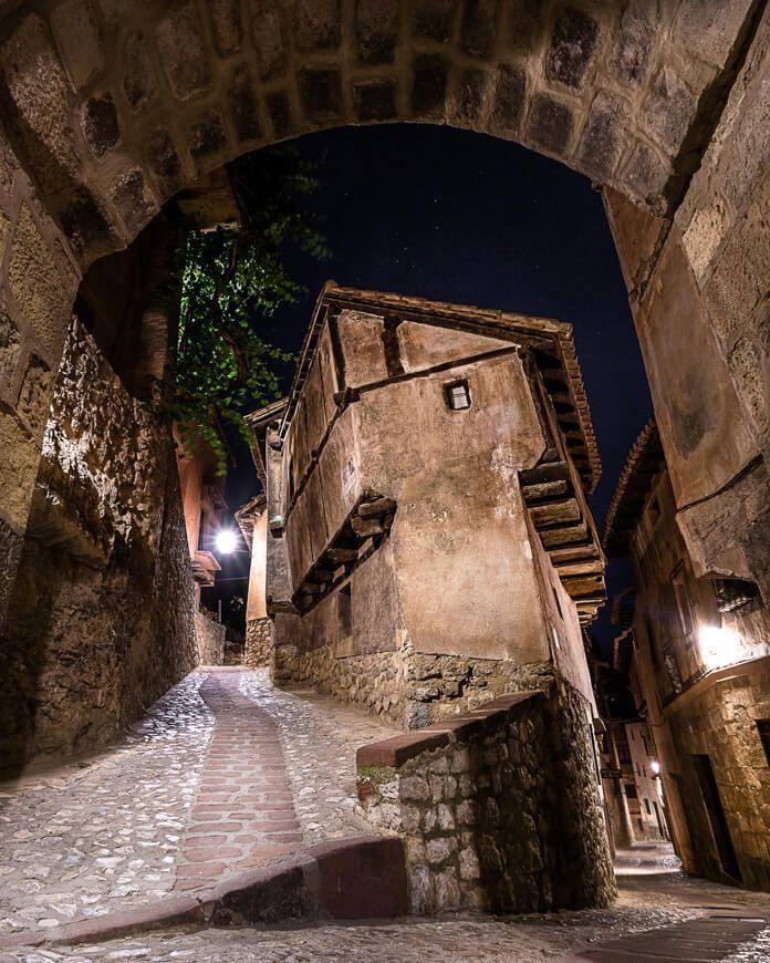 Fotografía nocturna del icono de Albarracín, Teruel.