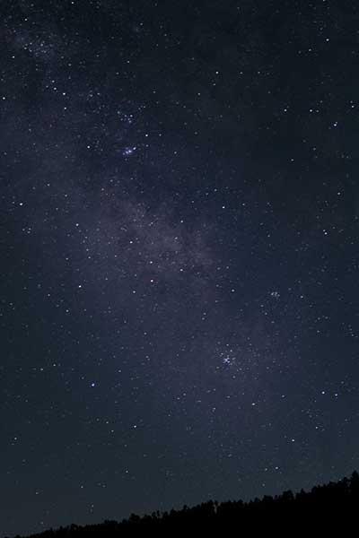 Imagen nocturna de la Sierra de albarracin y Via lactea