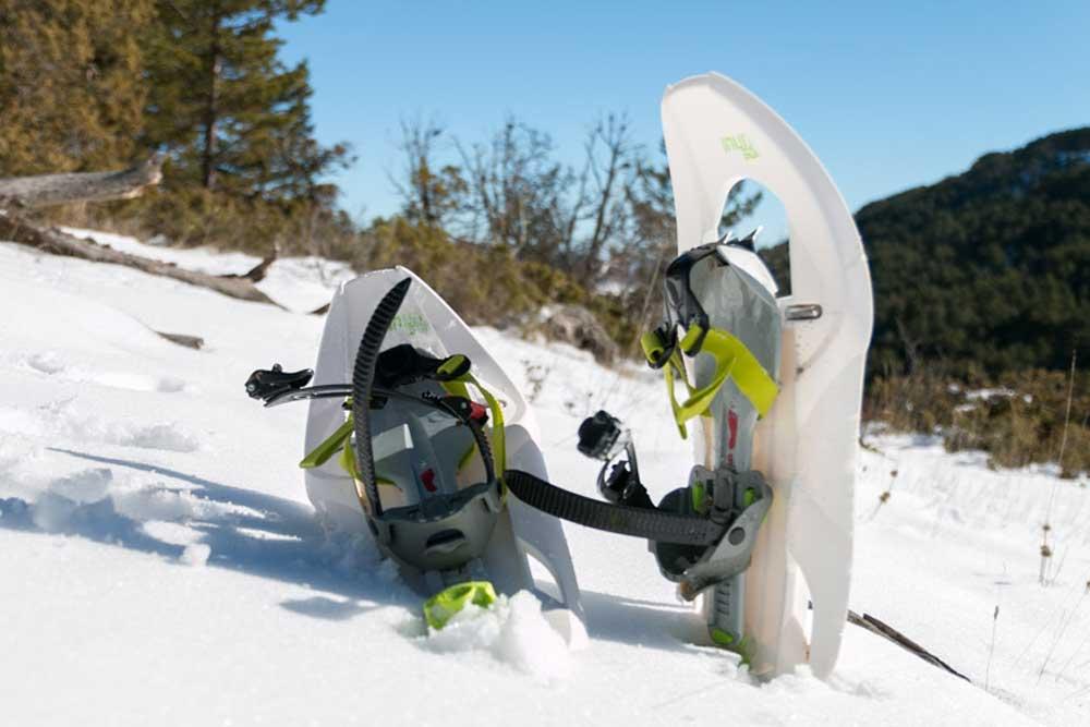 Fotografía de raquetas de nieve en la Sierra de Albarracin durante el invierno
