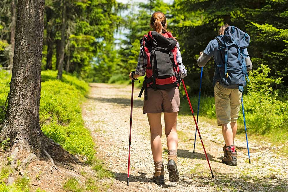Imagen de senderistas en la sierra de albarracin