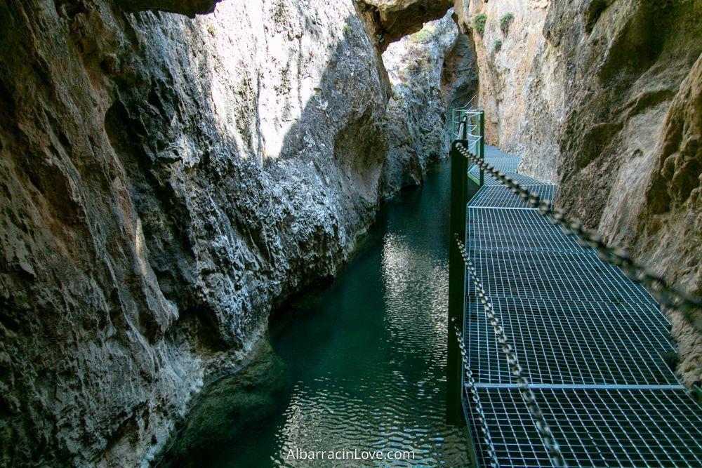 Foto de las pasarelas de la ruta sobre el rio blanco a través de las rocas