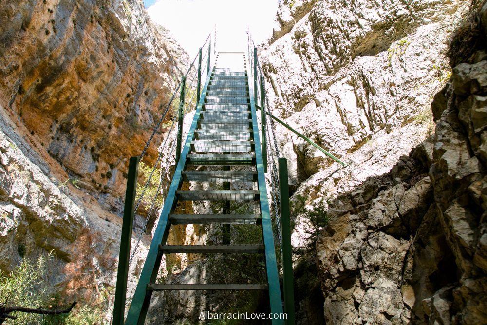 Foto de las escaleras de la ruta sobre el rio blanco a través de las rocas