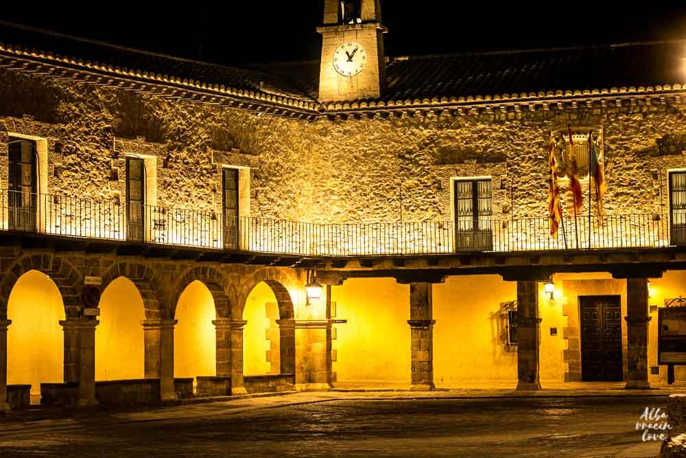 Fotografia de la Plaza Mayor y Ayuntamiento de Albarracin por la noche