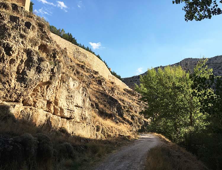 Fotografía de la parte trasera de la Muralla de Albarracin vista desde el Paseo Fluvial Río Guadalaviar