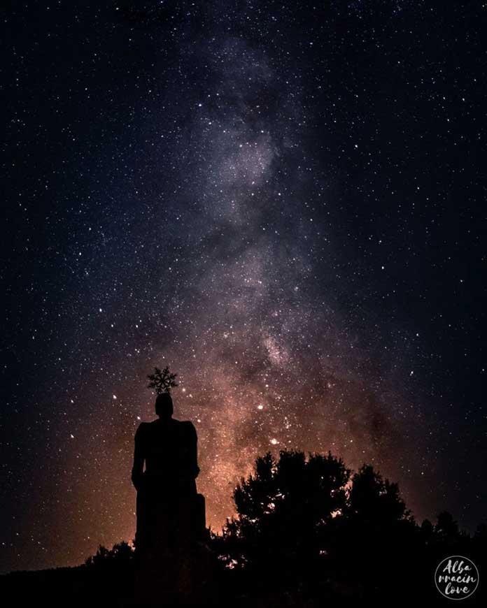 Fotografía de la Vía Láctea desde el Nacimiento del Tajo en la Sierra de Albarracín