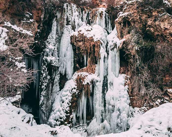 Fotografía de la cascada de calomarde cubierta por el hielo