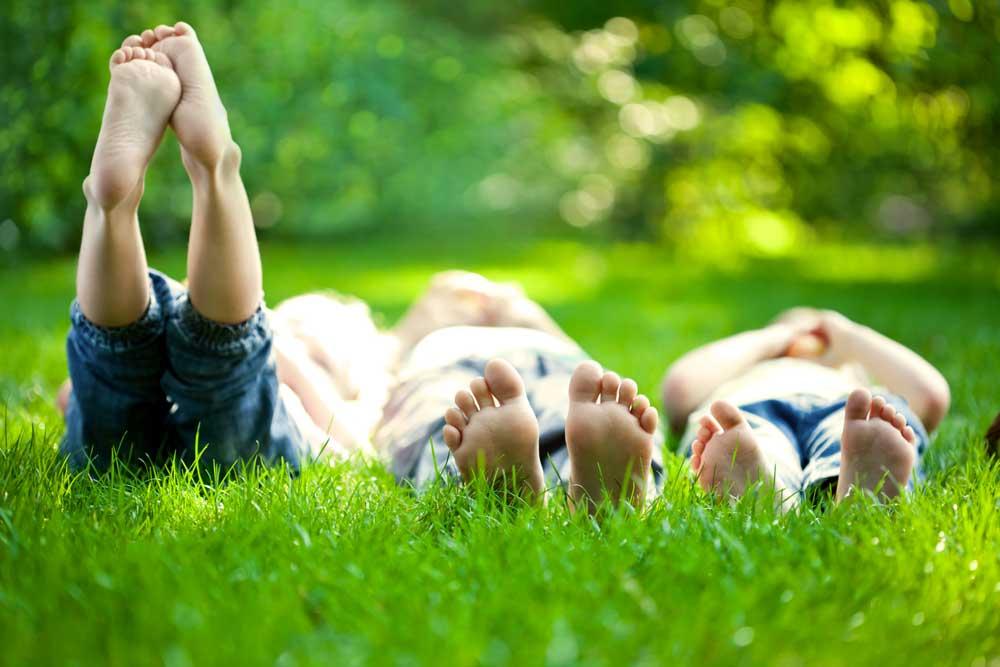 Fotografía de niños tumbados en la hierba