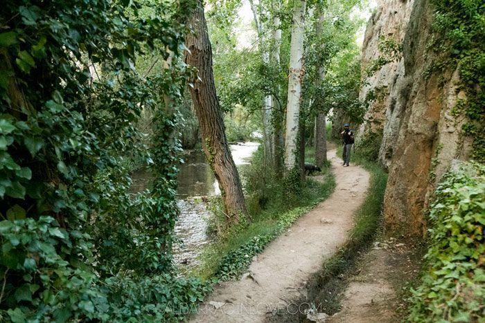 Foto del sendero del guadalaviar en albarracin en pararelo al rio