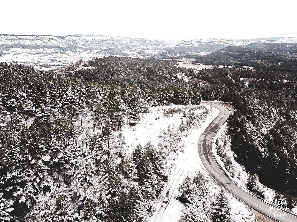 Fotografia de una carretera en Invierno en la Sierra de Albarracín