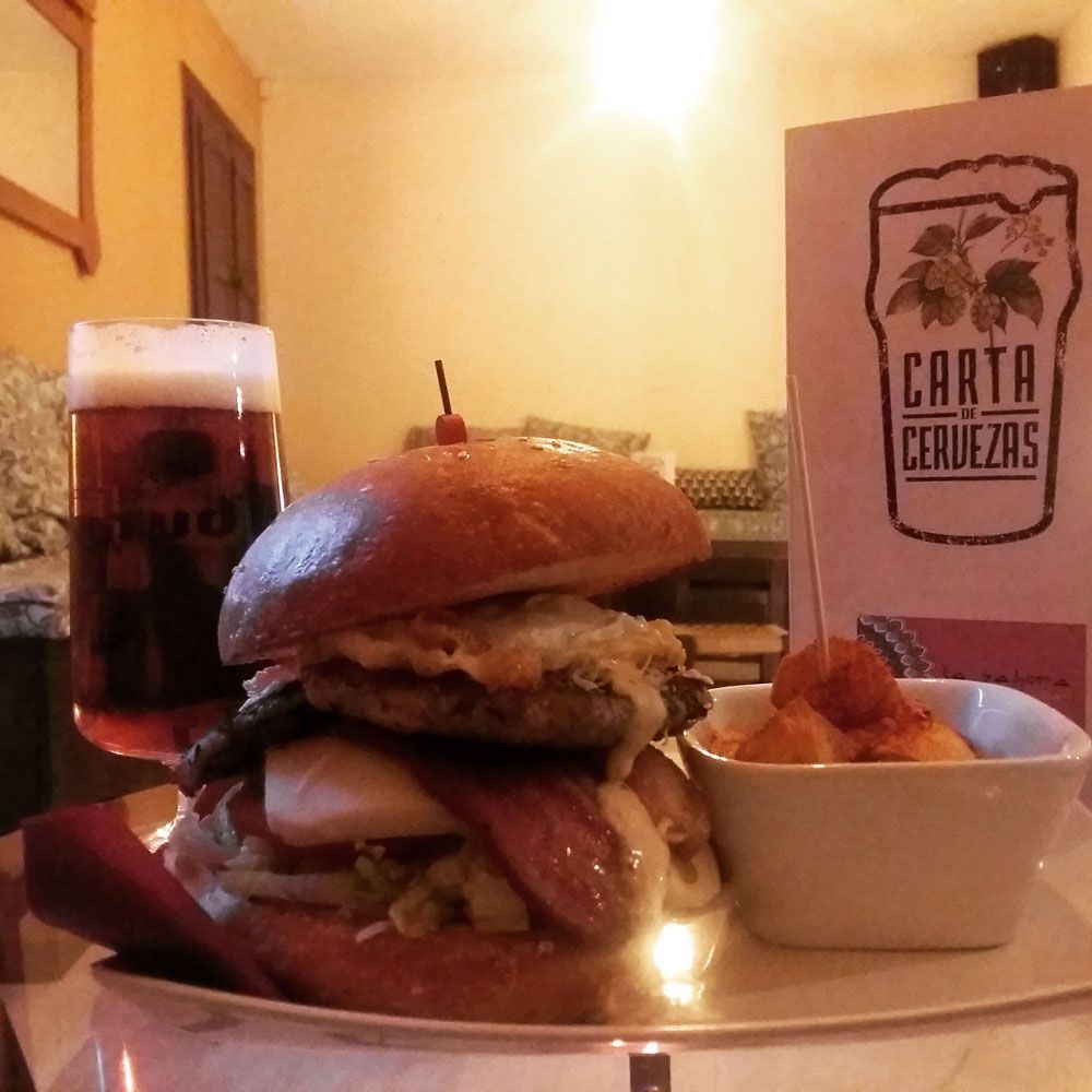 Fotografía de una hamburguesa la Zahora